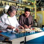 Chef Délio Canabrava ensina o repórter Samukinha, da Rede Record, a fazer o rollmops (ago/2017)